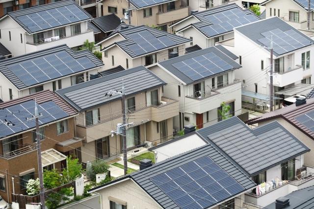 自宅の屋根で発電!太陽光発電リフォームのメリット・デメリットと費用